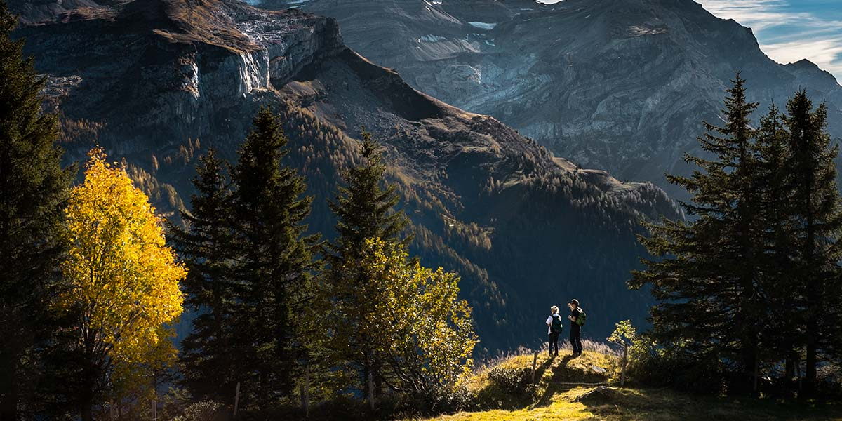 hikers-panoramic-view-nature